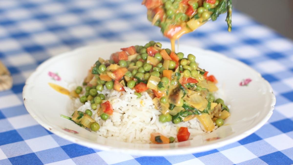 תבשיל אפונה בחלב קוקוס ובזיליקום - אורנה זבידה