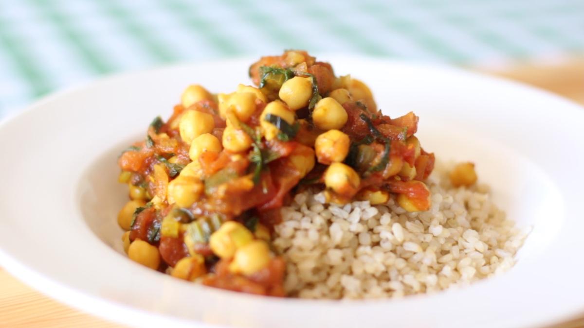 תבשיל גרגירי חומוס בסלרי ועגבניות טריות