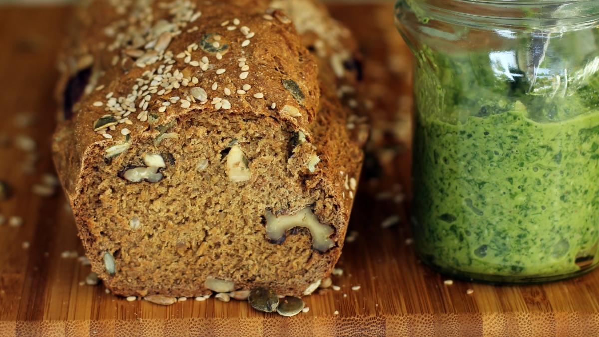 לחם כוסמין וממרח פסטו - עמית ניב