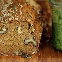 לחם כוסמין וממרח פסטו