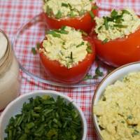 מיונז, סלט ביצים ועגבניות ממולאות